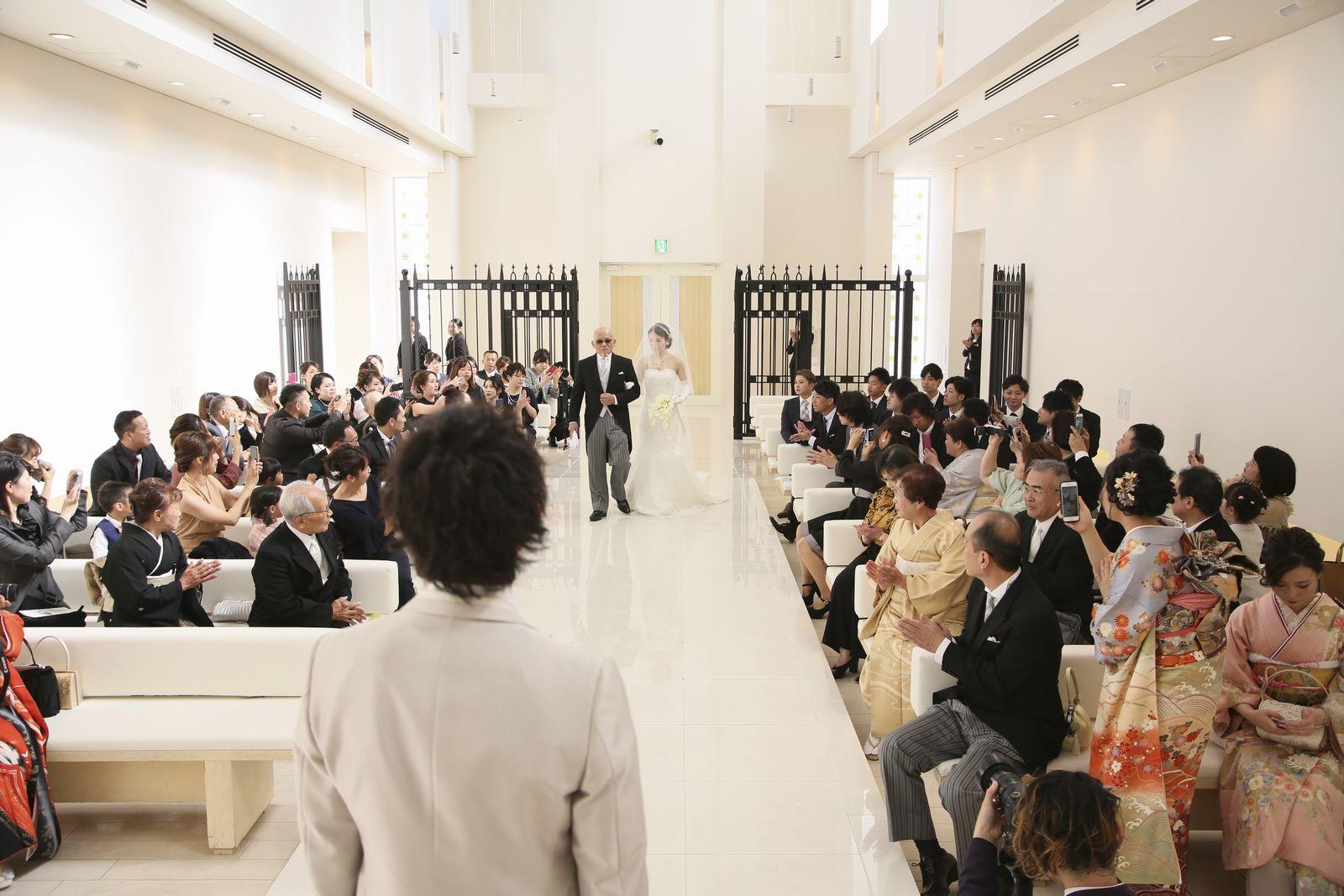 徳島市の結婚式場ブランアンジュのチャペルで新婦父にエスコートされながら入場する新婦