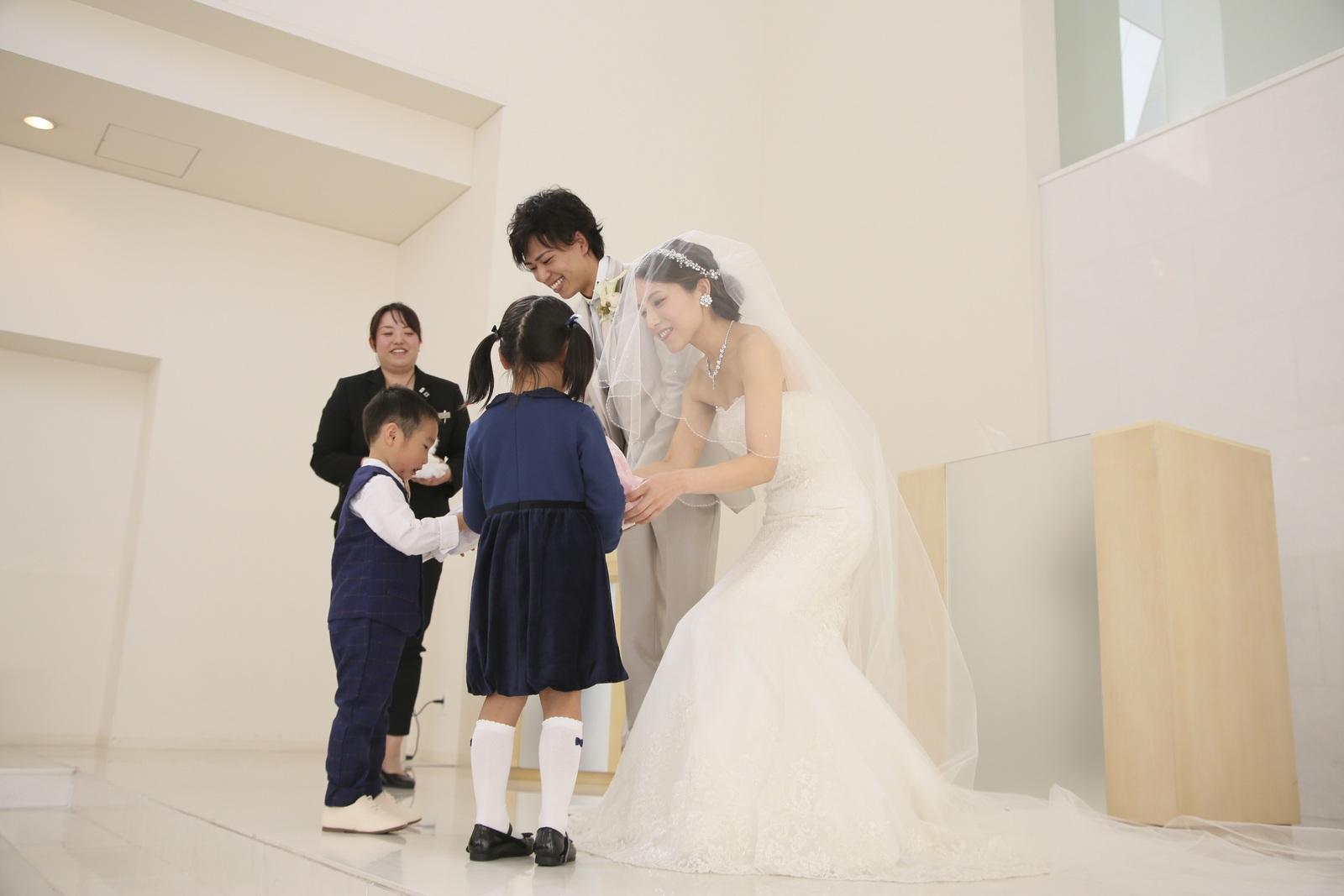 徳島市の結婚式場ブランアンジュでリングピローを運ぶお手伝いをしてくれた子どもたち