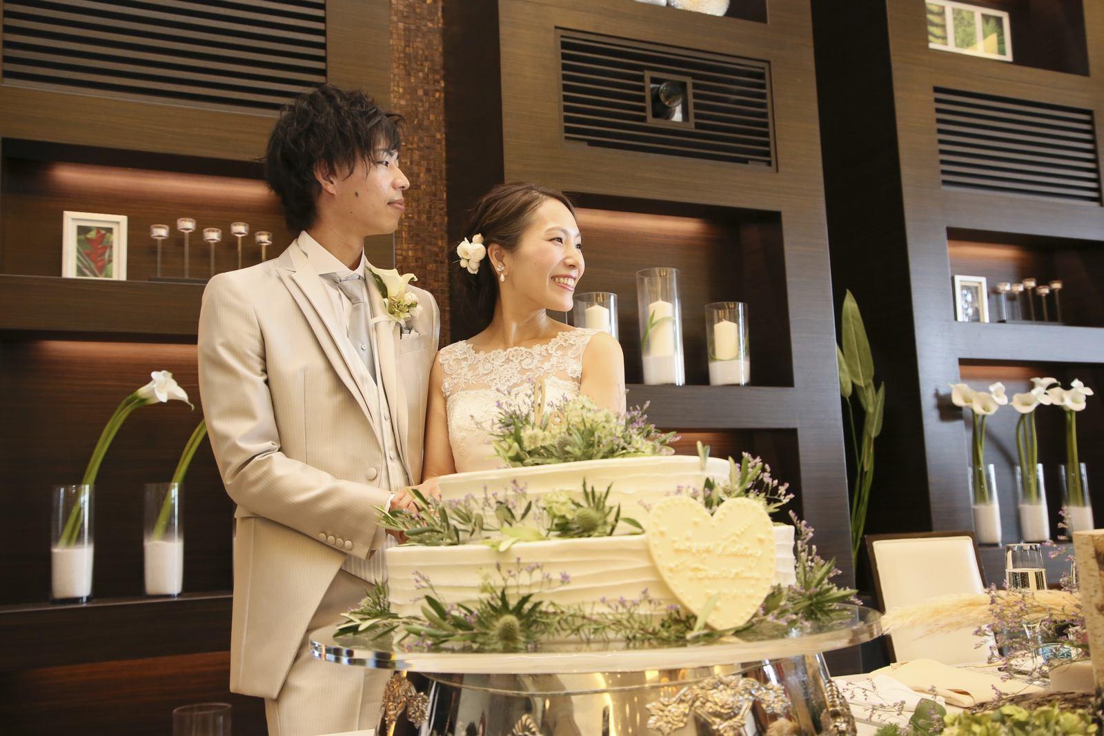 徳島市の結婚式場ブランアンジュでウエディングケーキ入刀をする新郎新婦
