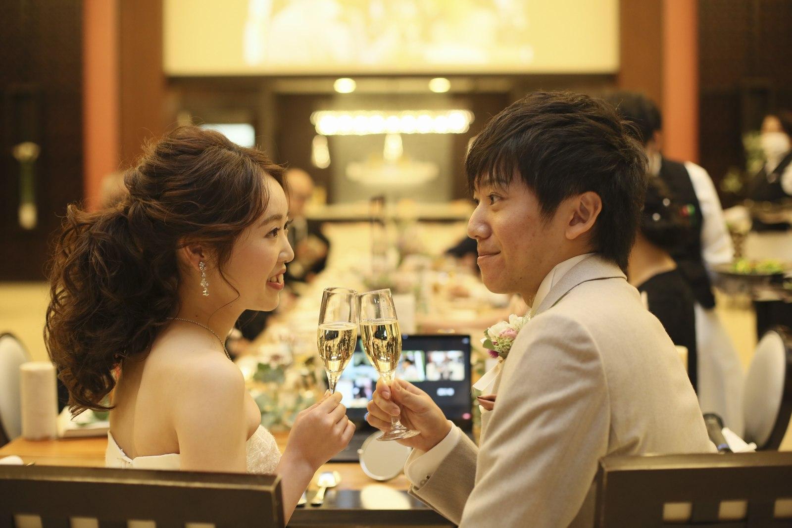 徳島県の結婚式場ブランアンジュのリモートウエディング会場で見つめ合う新郎新婦