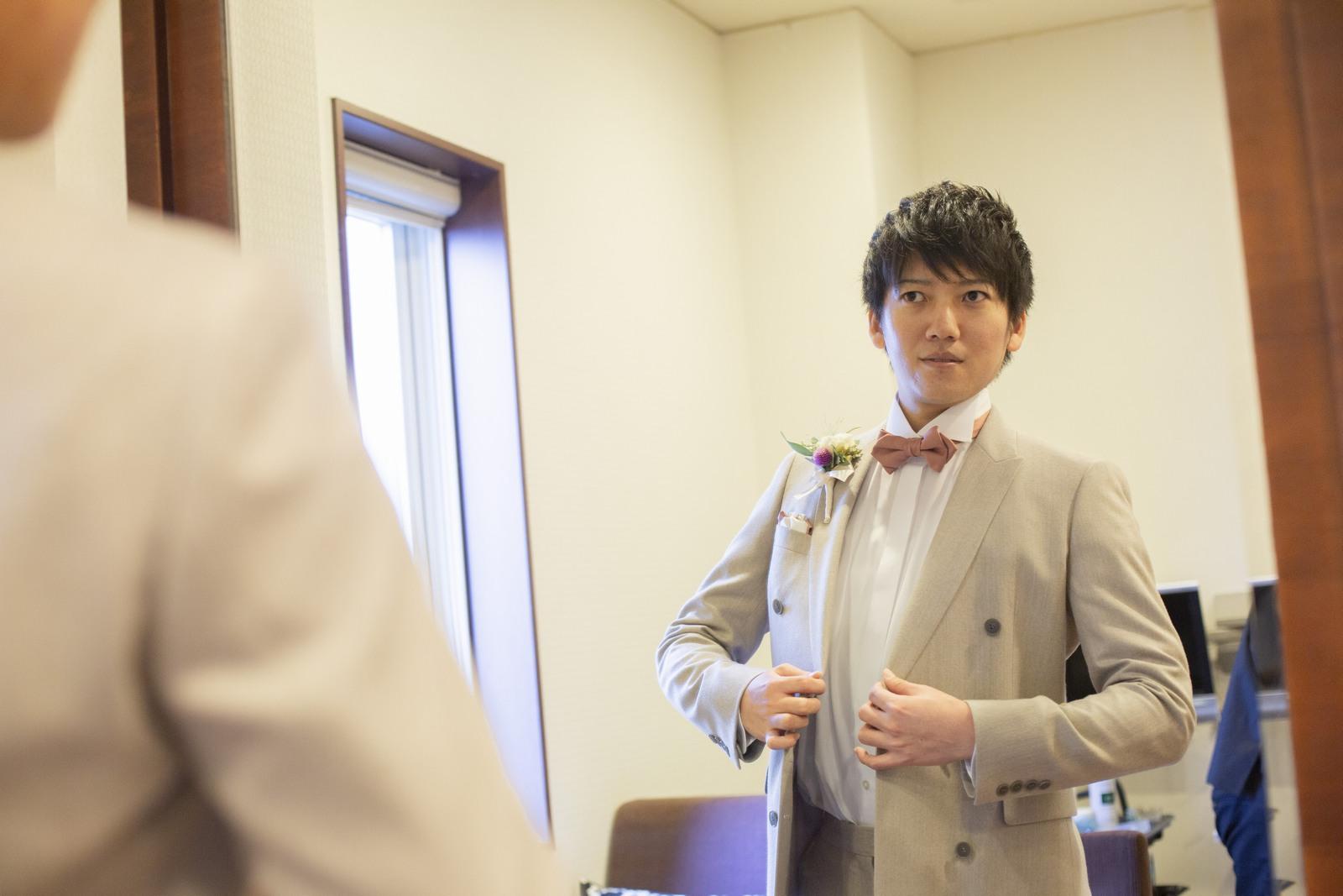 徳島市の結婚式場ブランアンジュで挙式前に控室で支度を整える新郎