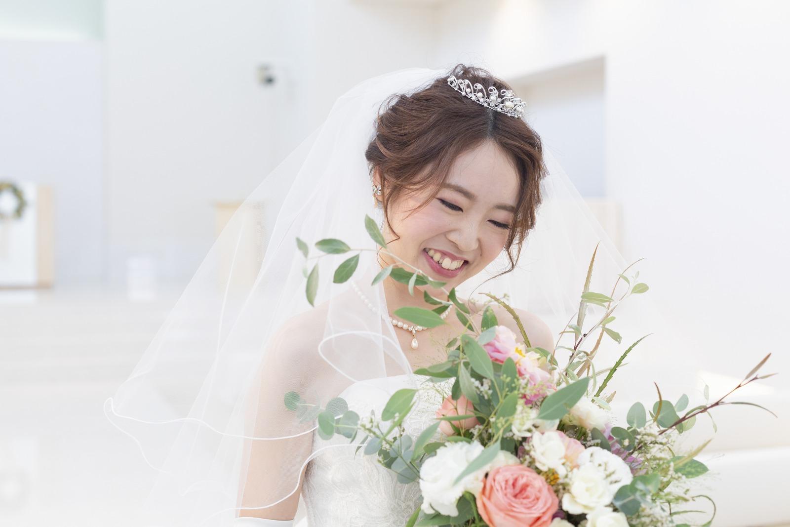 徳島市の結婚式場ブランアンジュでブーケを見てほほえむ新婦