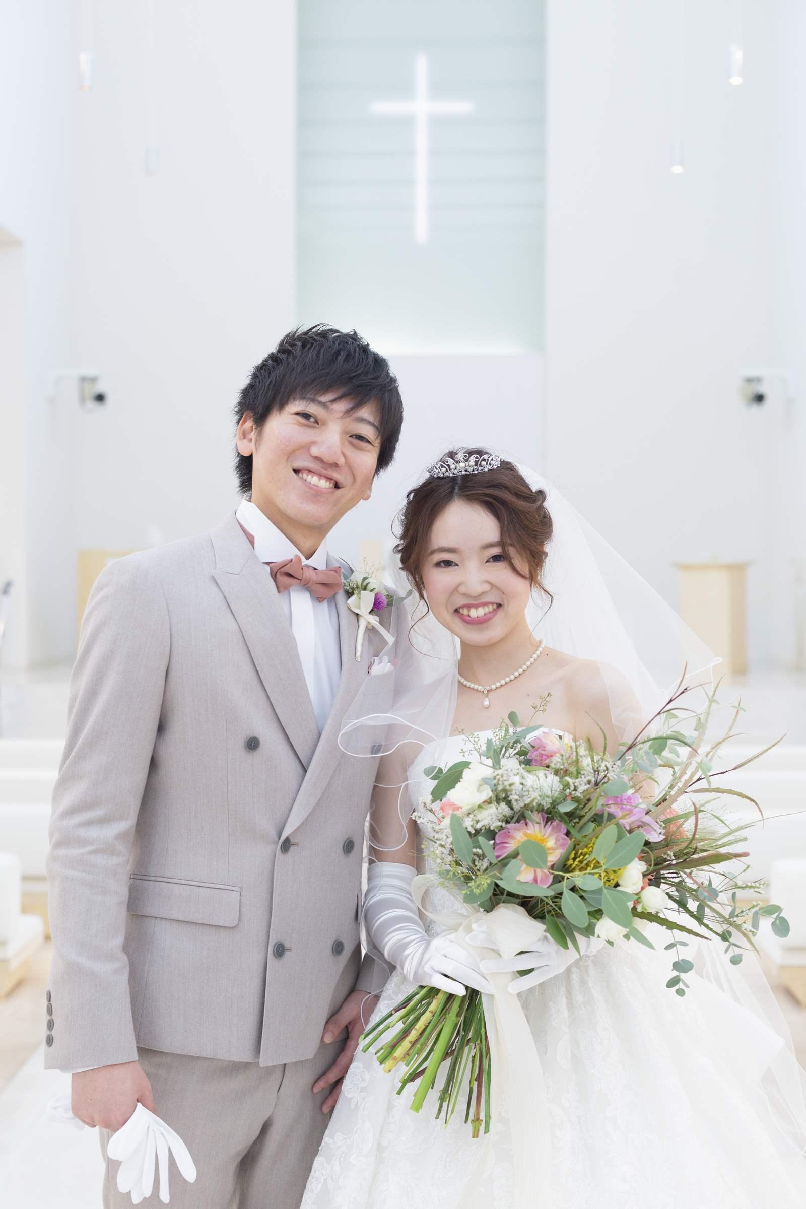 徳島県の結婚式場ブランアンジュのチャペルで記念写真をとる新郎新婦