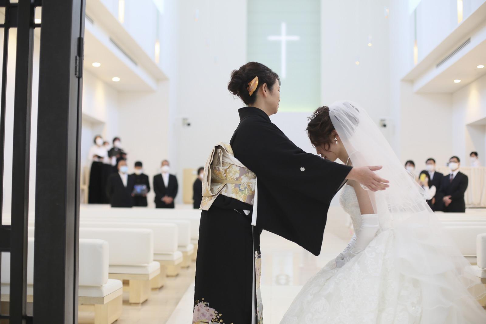 徳島県の結婚式場ブランアンジュで新婦母によるベールダウン