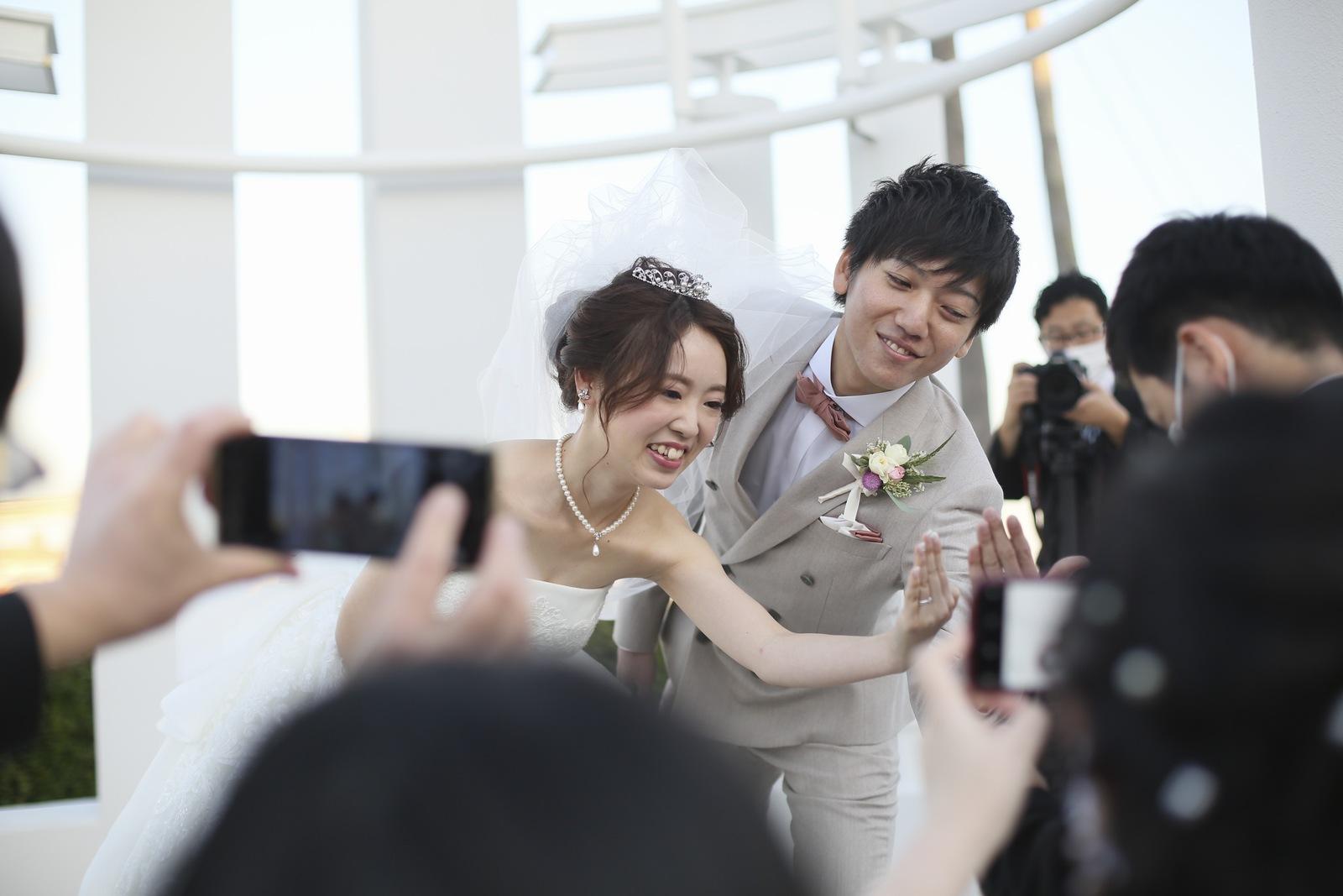 徳島県の結婚式場ブランアンジュでZoomを使ってゲストにコメントを送る新郎新婦