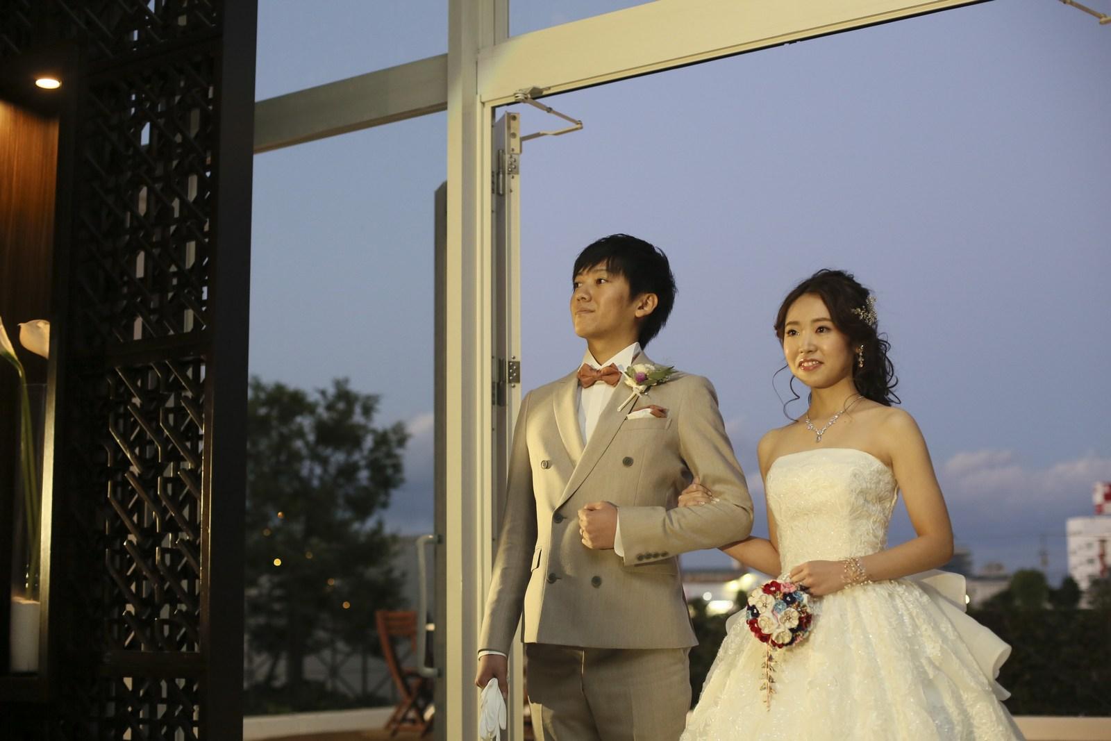 徳島県の結婚式場ブランアンジュで披露宴会場のガーデンから入場してきた新郎新婦
