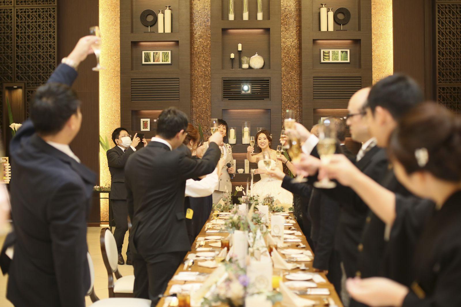 徳島県の結婚式場ブランアンジュの披露宴会場で乾杯を行う様子