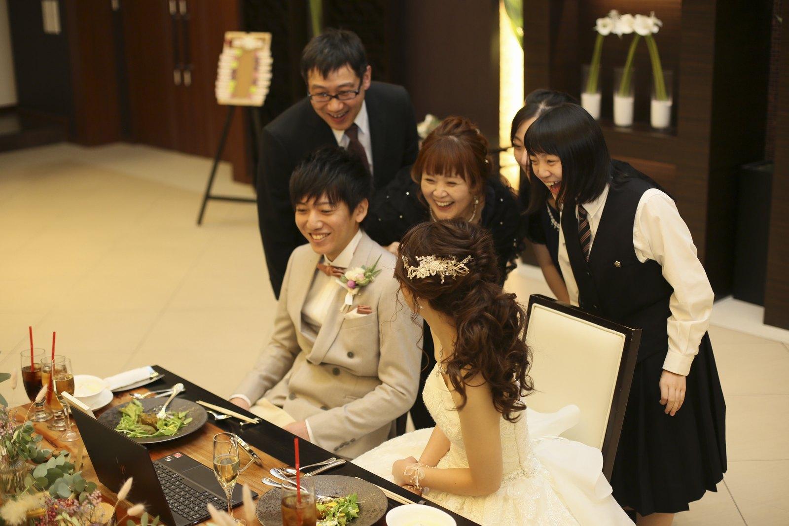 徳島県の結婚式場ブランアンジュでリモートでつながるゲストと話がはずむ