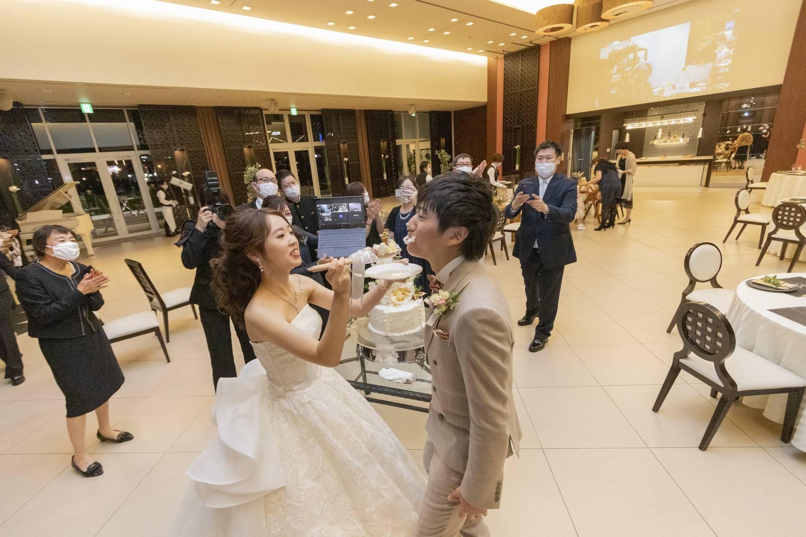 徳島県の結婚式場ブランアンジュでファーストバイトを行う新郎新婦