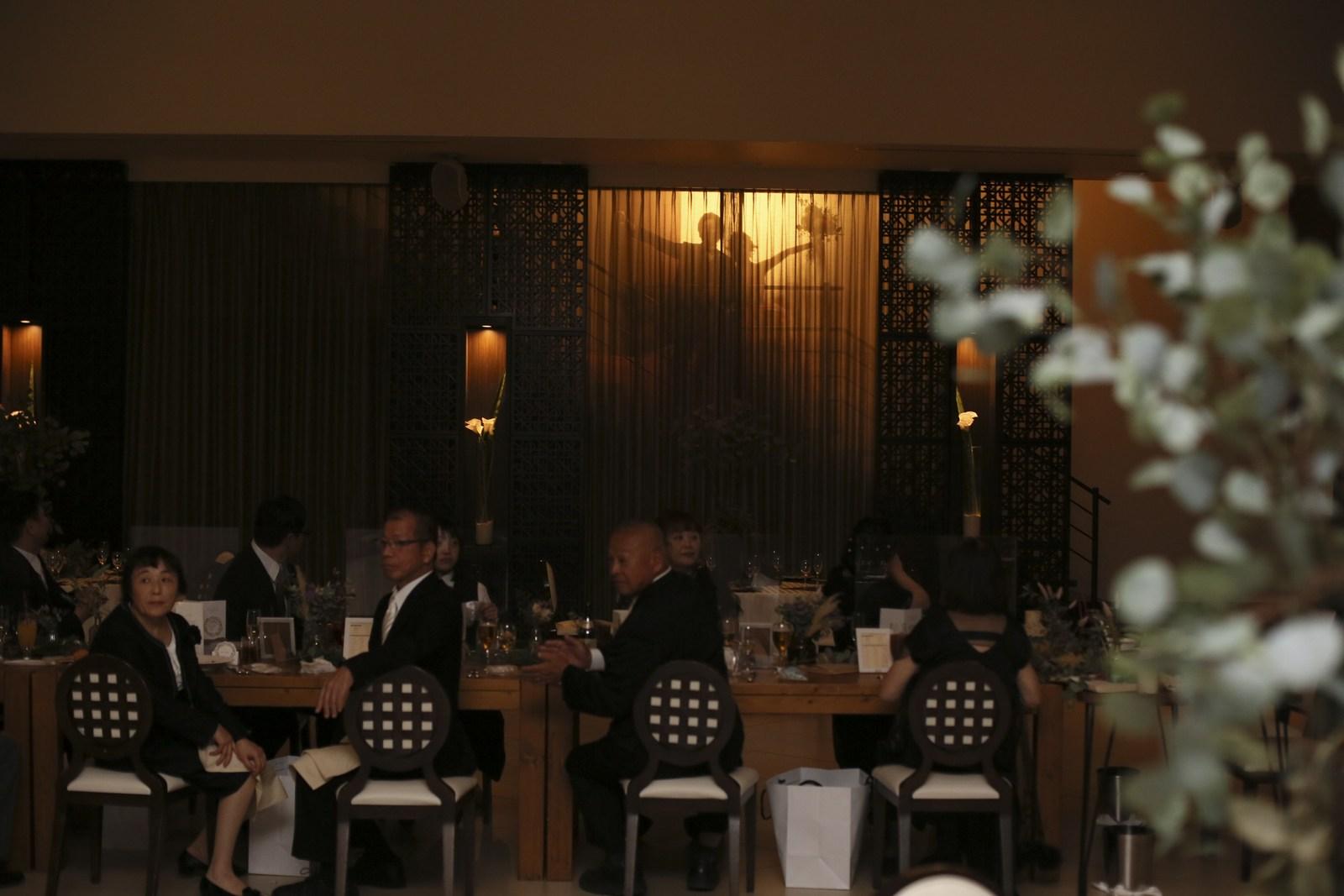 徳島県の結婚式場ブランアンジュのお色直しでシルエット入場を行う新郎新婦