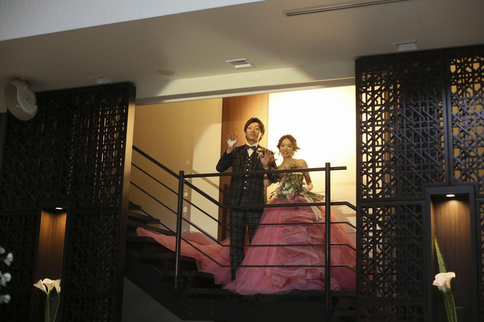 徳島県の結婚式場ブランアンジュで仲良くゲストに手をふる新郎新婦