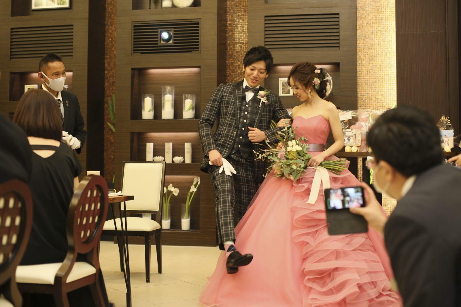 徳島県の結婚式場ブランアンジュでゲストにリンクコーデを見せるオシャレが好きな新郎新婦