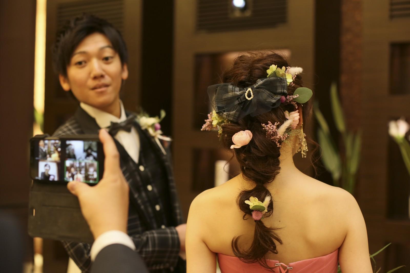 徳島県の結婚式場ブランアンジュでこだわり手作りヘアアクセサリーの写真をとるゲスト