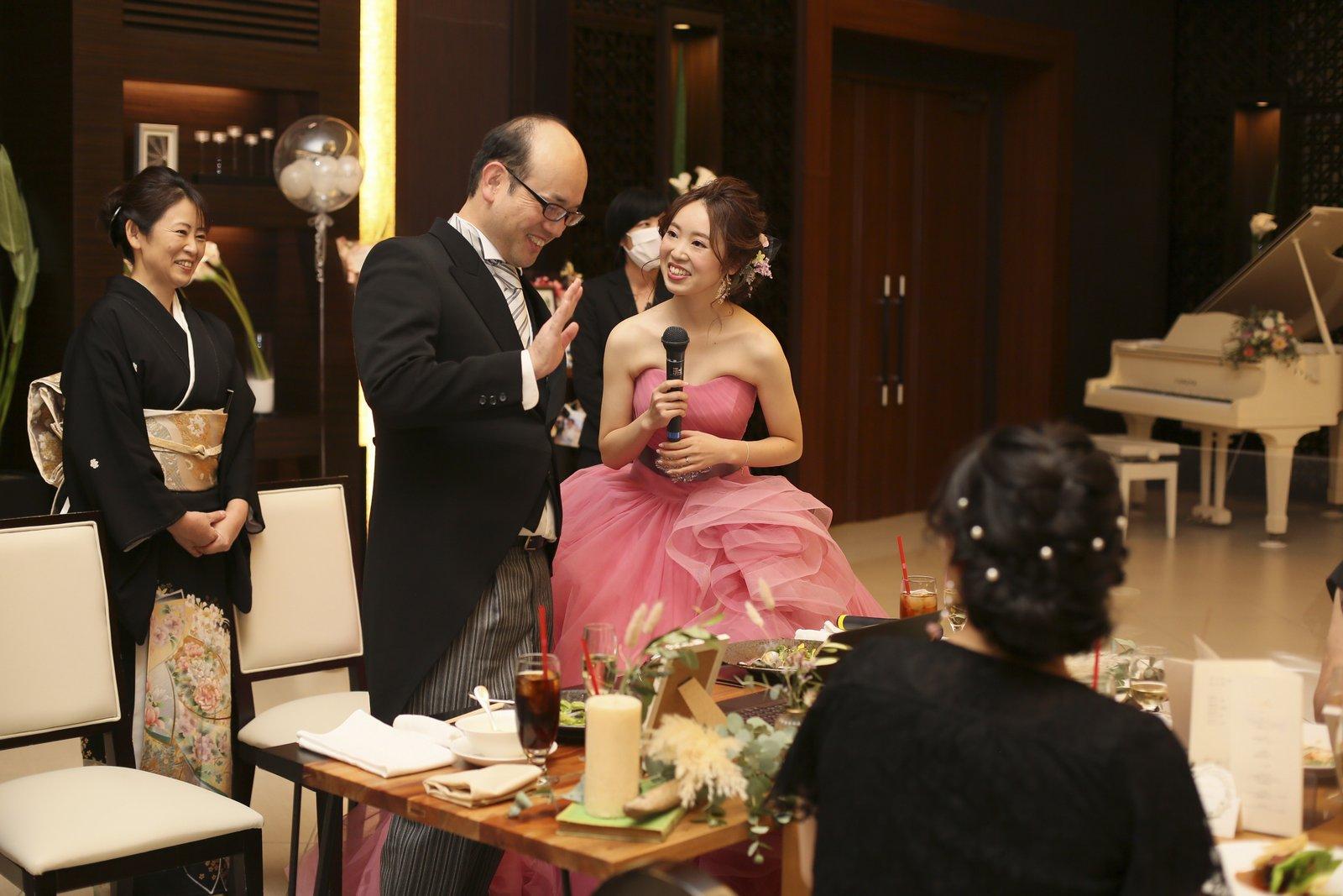 徳島県の結婚式場ブランアンジュでリモートでつながる親族に挨拶する新婦父