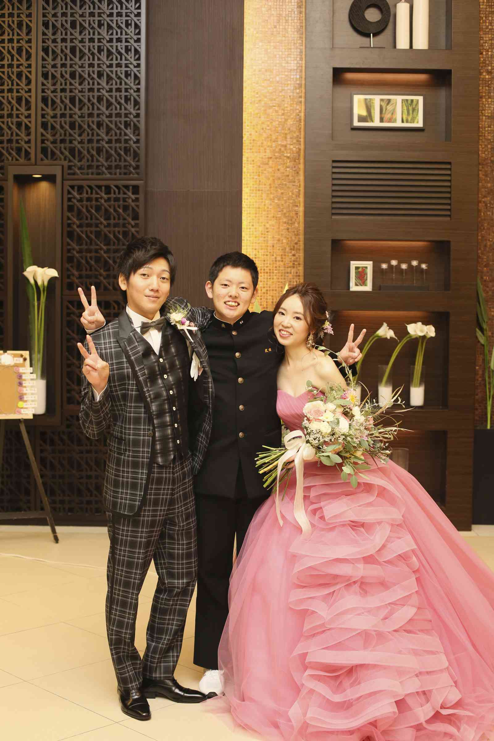徳島県の結婚式場ブランアンジュでゲストを記念写真をとる新郎新婦