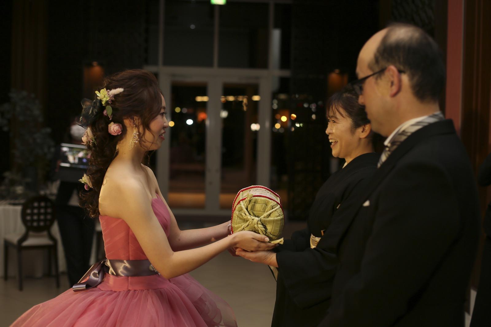 徳島市の結婚式場ブランアンジュで生まれた時と同じ重さの体重米を贈呈する新婦