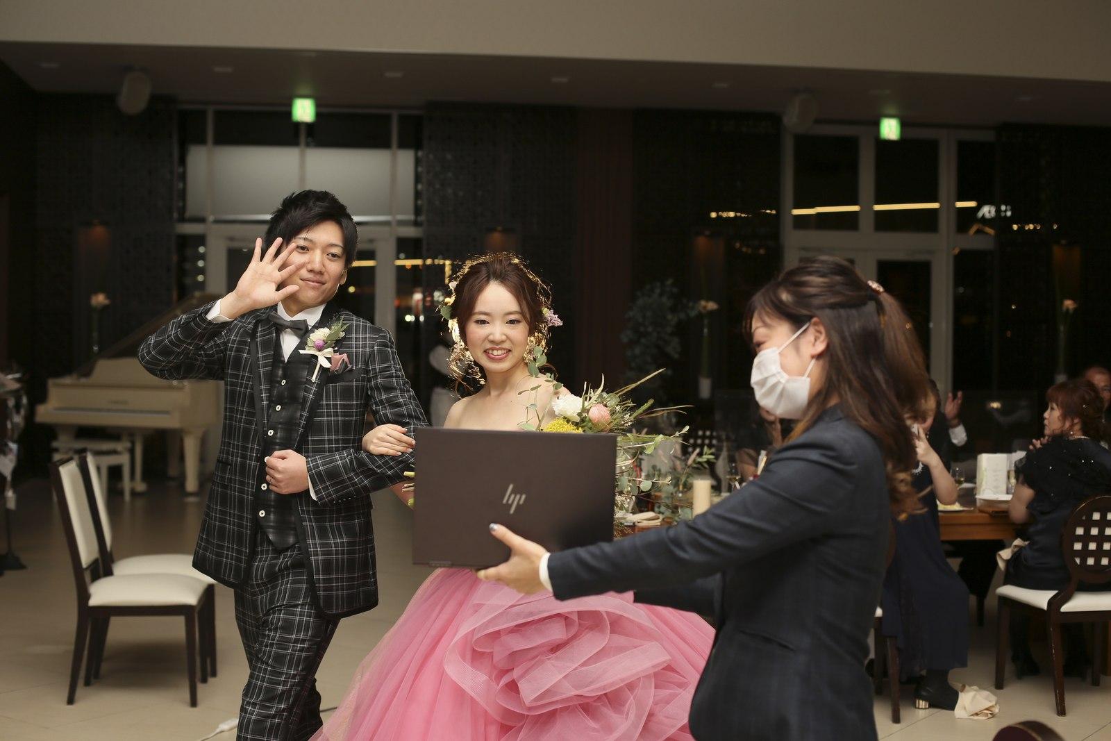 徳島市の結婚式場ブランアンジュでZoomでつながるゲストに挨拶する新郎新婦