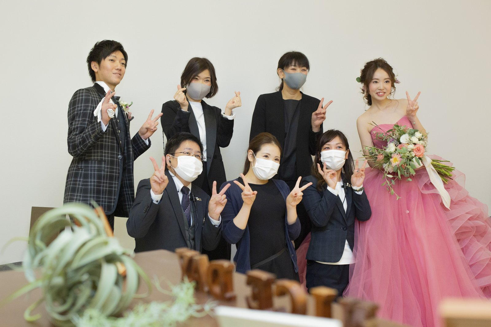 徳島市の結婚式場ブランアンジュでスタッフと記念写真をとる新郎新婦