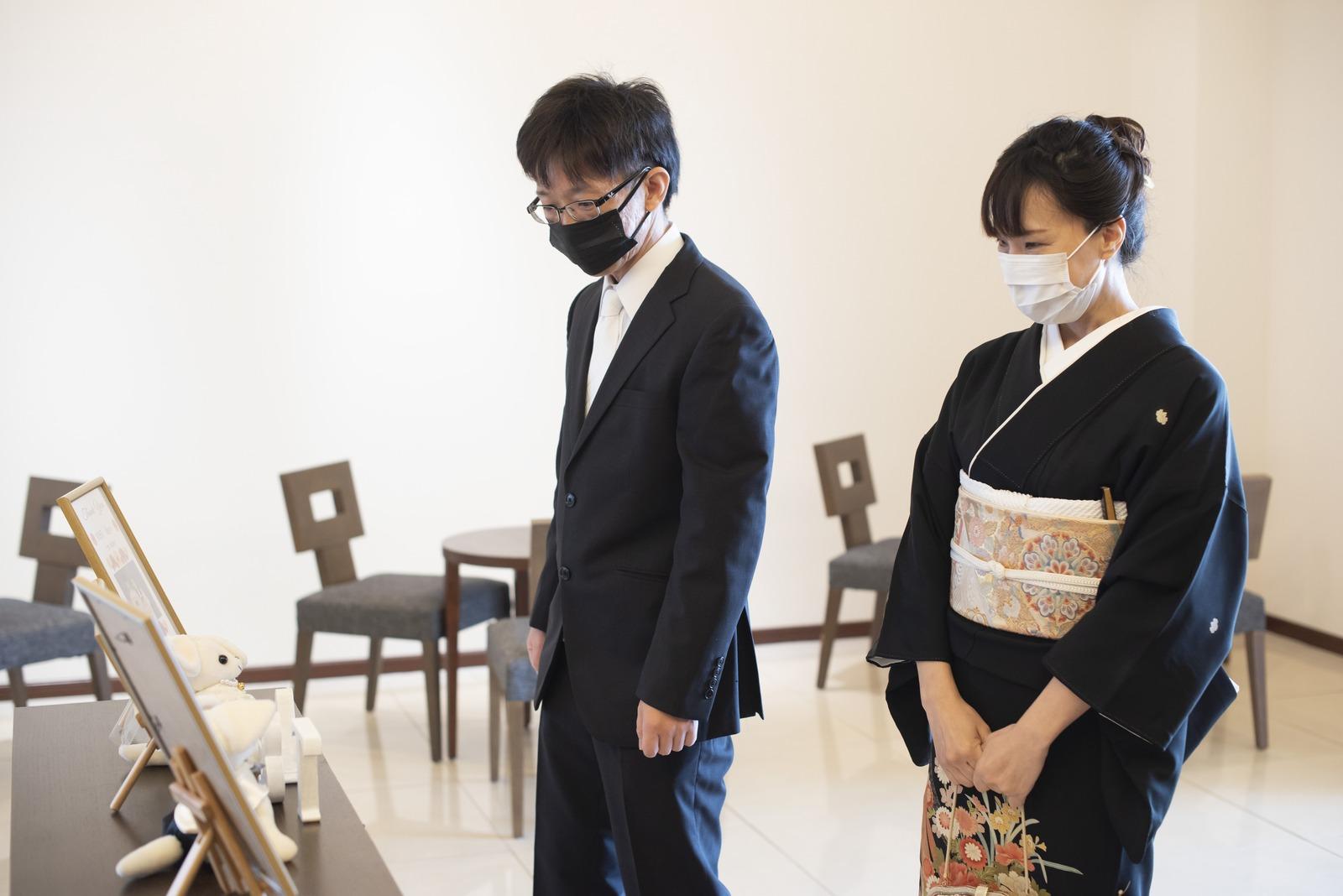 徳島市の結婚式場ブランアンジュで受付飾りを感慨深そうに見つめるゲスト