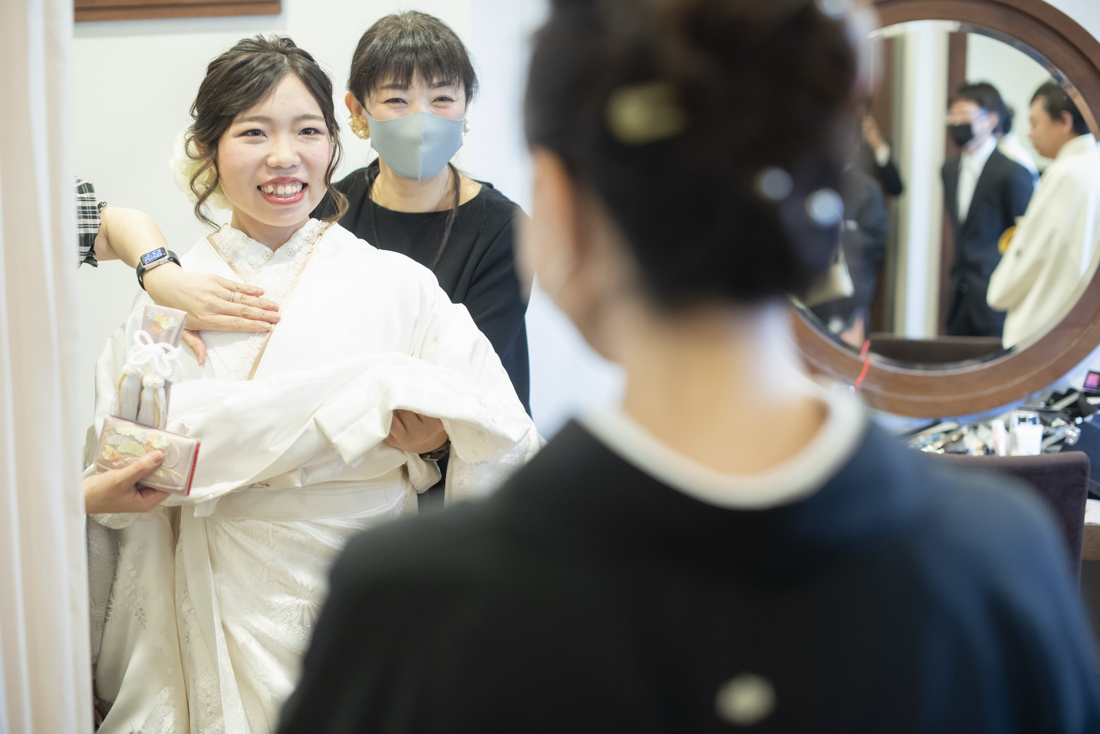 徳島市の結婚式場ブランアンジュで白無垢を着付けながら笑顔の新婦