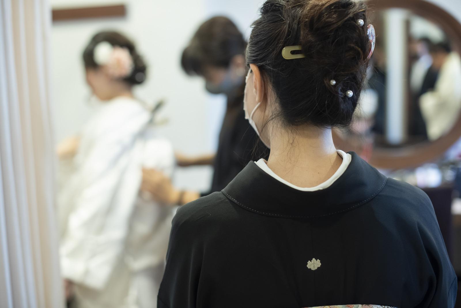 徳島市の結婚式場ブランアンジュで新婦着付けを見守る母