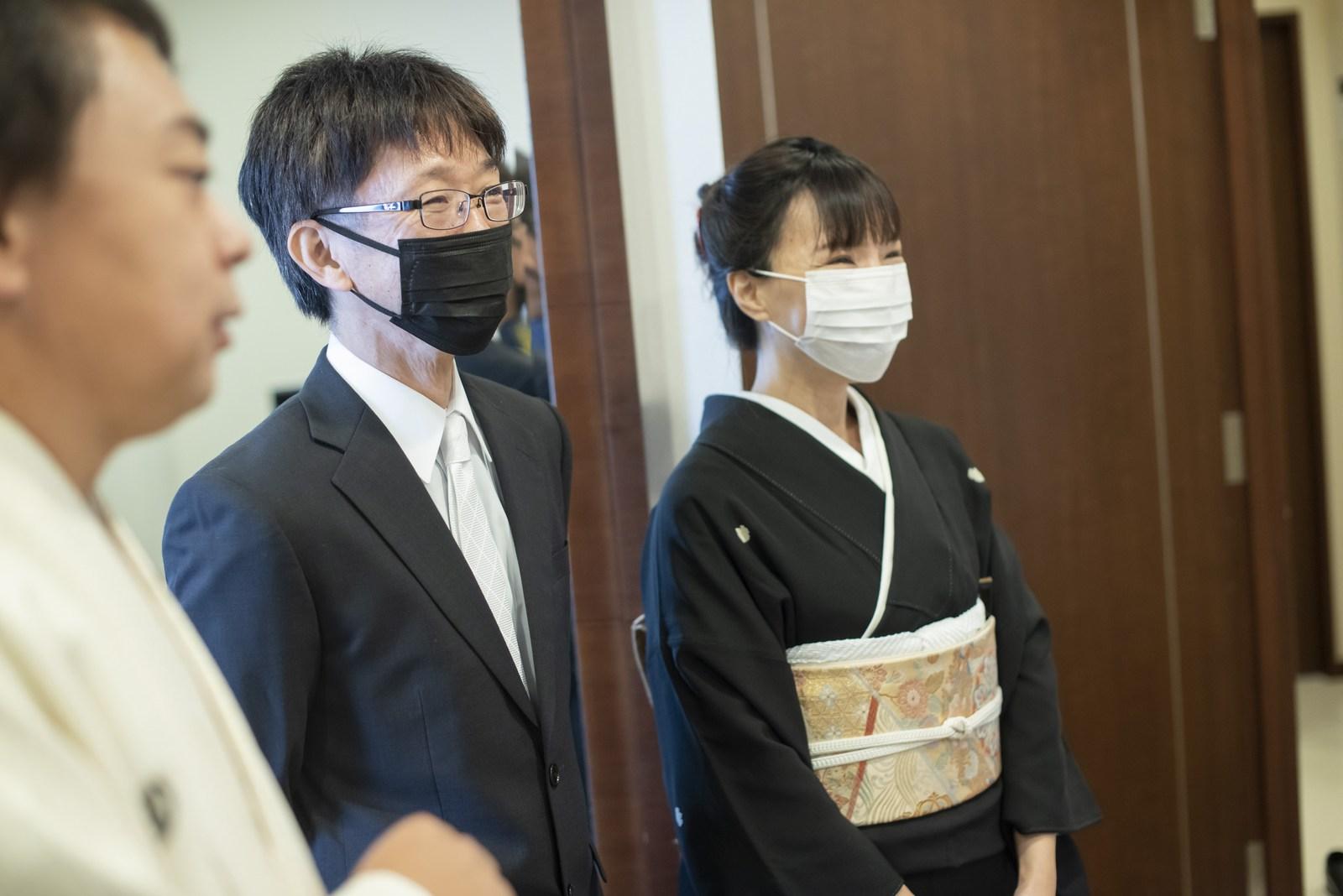 徳島市の結婚式場ブランアンジュで控室に挨拶に来た家族
