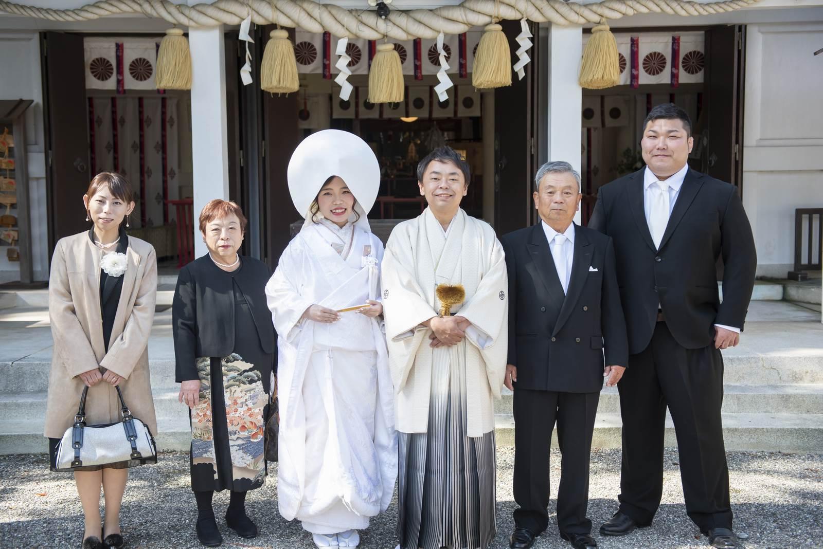 徳島市の結婚式場ブランアンジュで披露宴を行う前に挙式をした忌部神社で親族と写真撮影する新郎新婦
