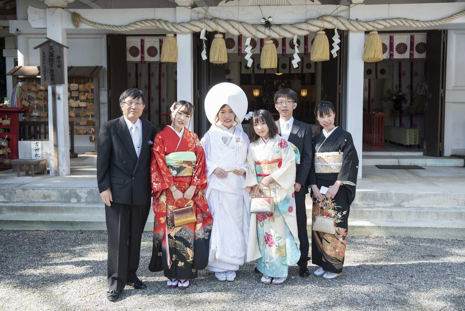 徳島市の結婚式場ブランアンジュで披露宴を行う前に挙式をした忌部神社で親族と写真を撮影する新郎新婦