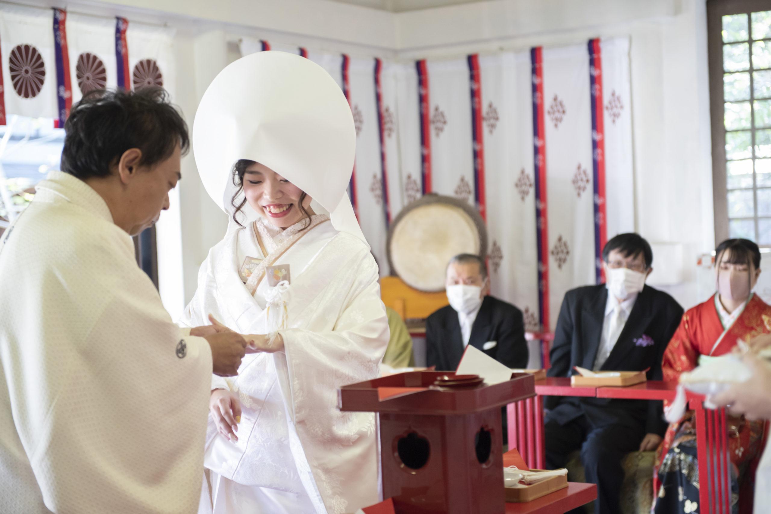徳島市の結婚式場ブランアンジュで披露宴を行う前に挙式をした忌部神社で指輪交換