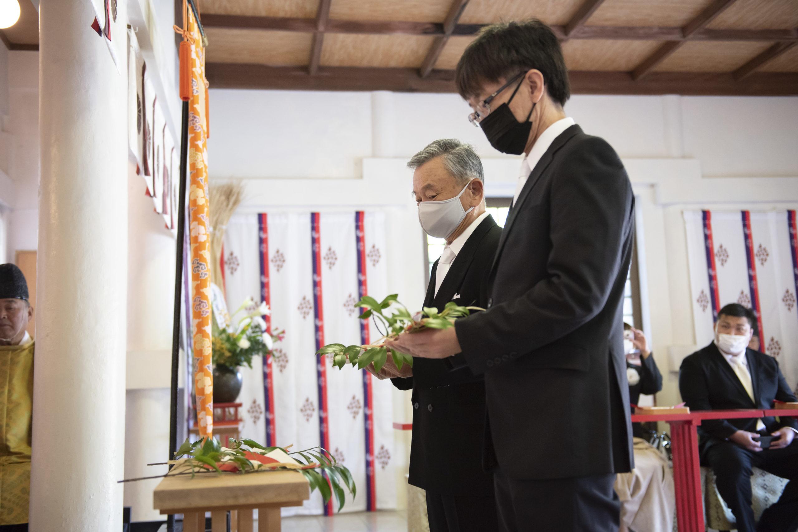 徳島市の結婚式場ブランアンジュで披露宴を行う前に挙式をした忌部神社で玉串拝礼を行う親族代表