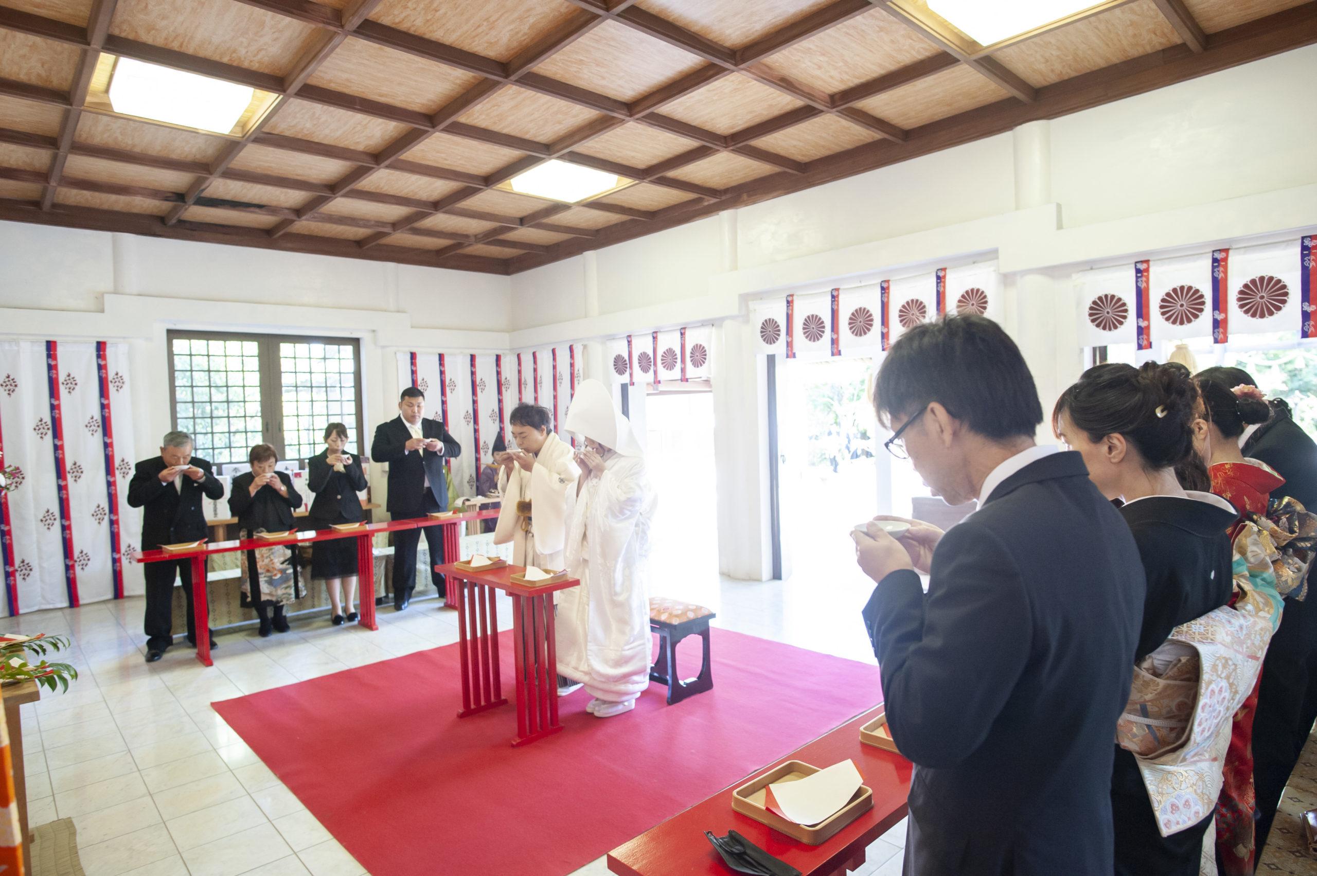 徳島市の結婚式場ブランアンジュで披露宴を行う前に挙式をした忌部神社で親族盃の儀