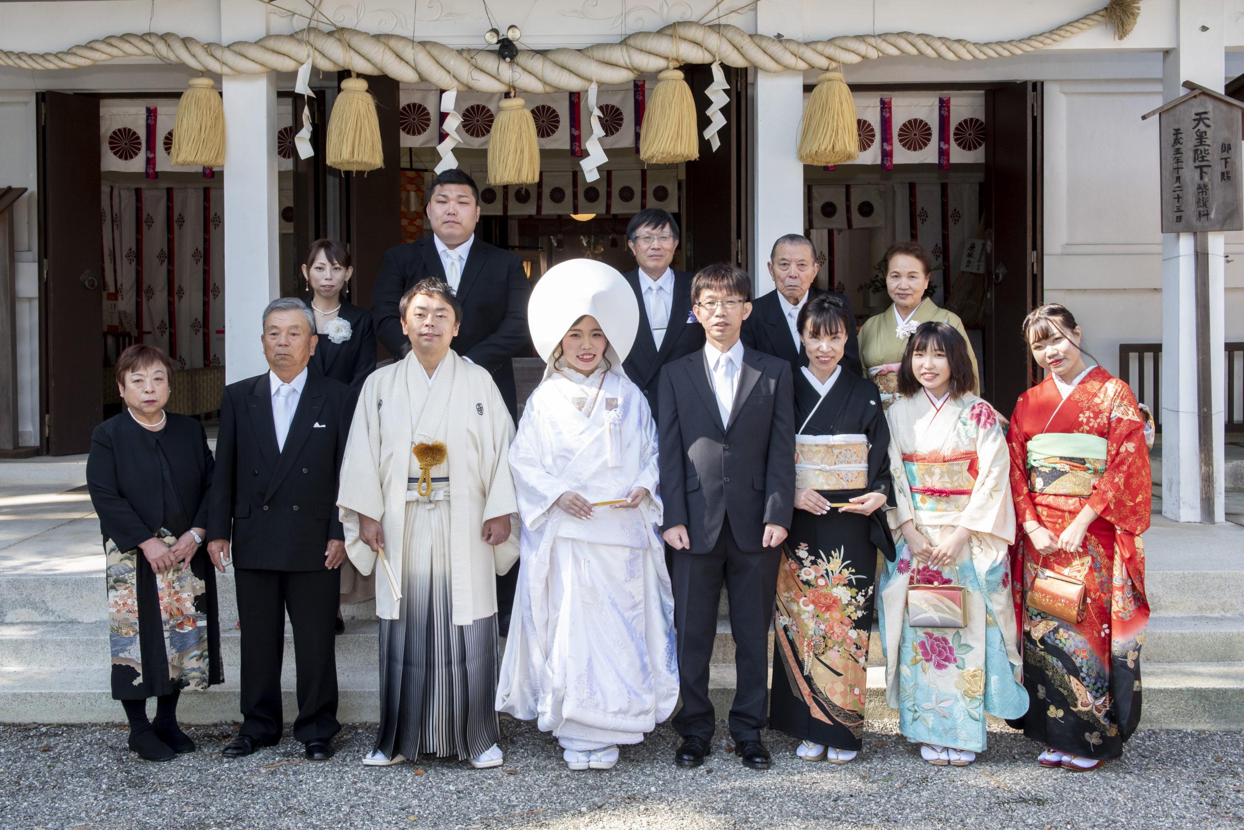 徳島市の結婚式場ブランアンジュで披露宴を行う前に挙式をした忌部神社で撮影した親族集合写真