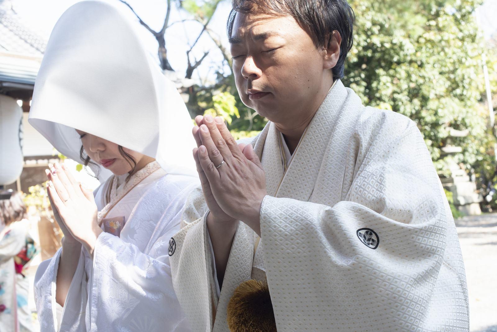 ブランアンジュで披露宴を行う前に挙式をした忌部神社で祈りをささげる新郎新婦