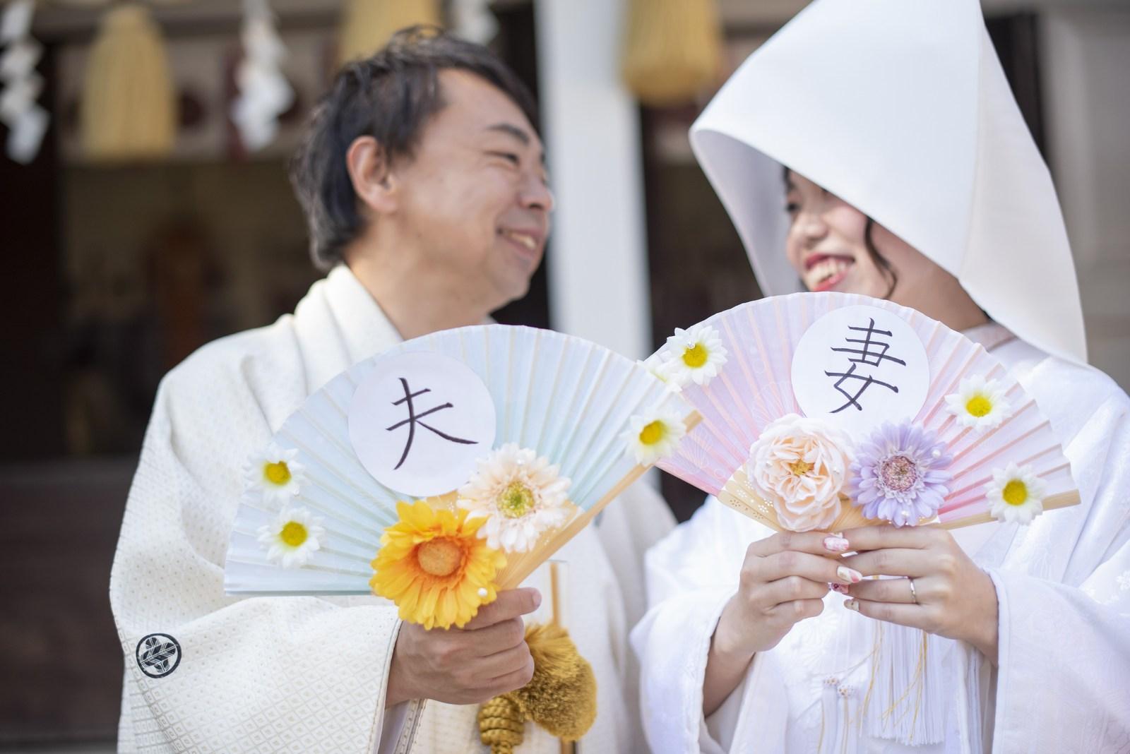 徳島市の結婚式場ブランアンジュで披露宴を行う前に挙式をした忌部神社で微笑み合う新郎新婦