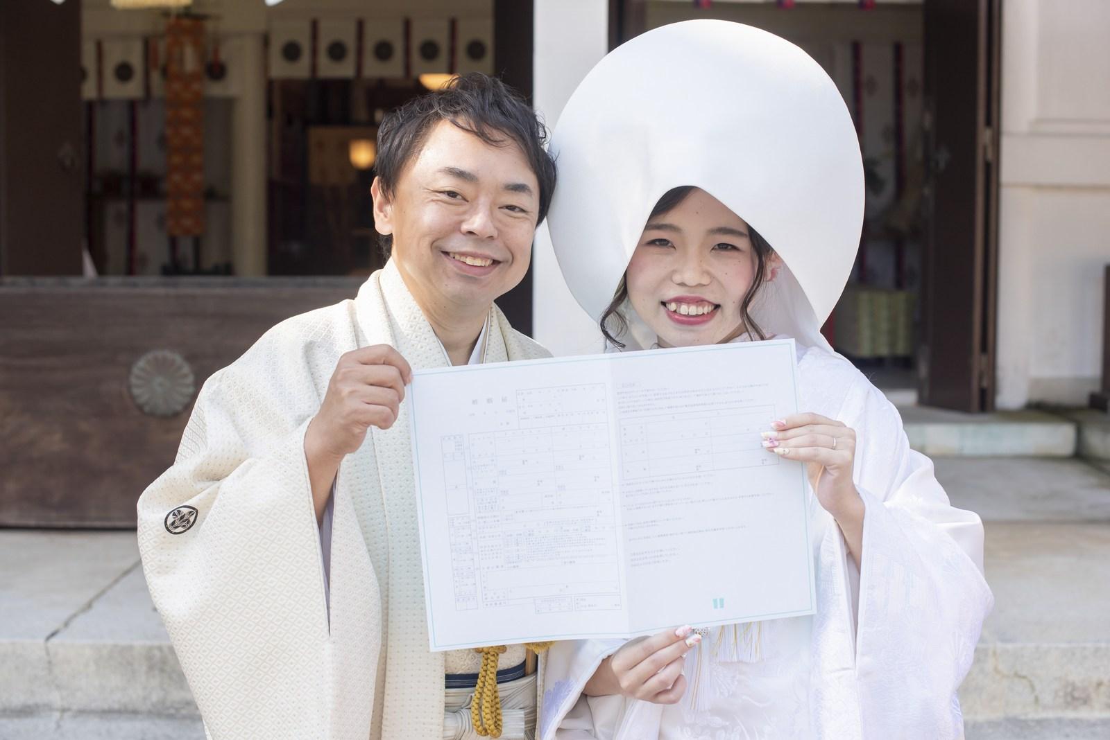 徳島市の結婚式場ブランアンジュで披露宴を行う前に挙式をした忌部神社で婚姻届けフォト