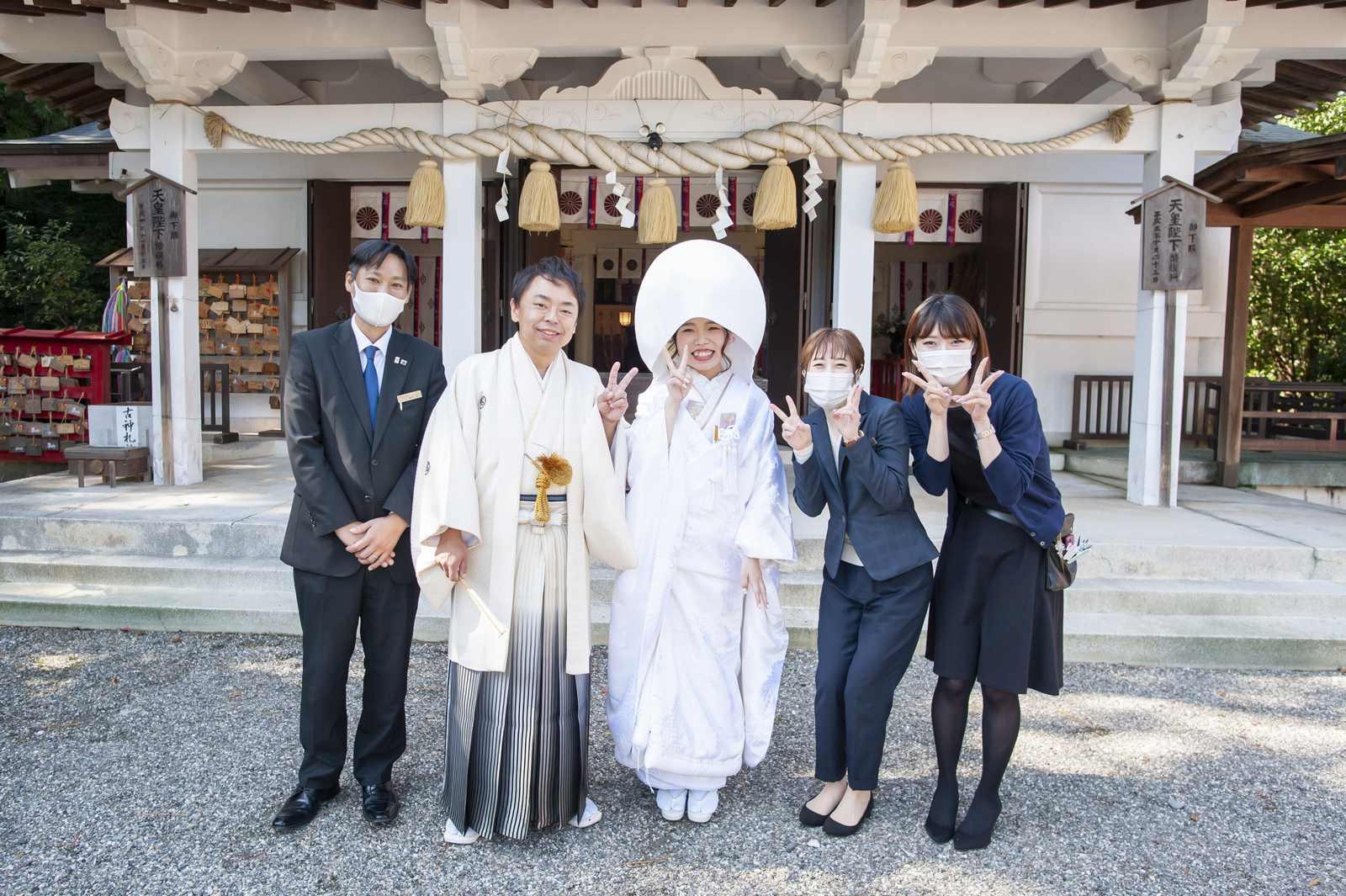 徳島市の結婚式場ブランアンジュで披露宴を行う前に挙式をした忌部神社で撮影したスタッフとの記念写真