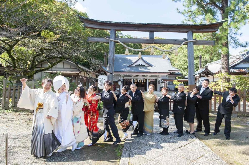 徳島市の結婚式場ブランアンジュで披露宴を行う前に挙式をした忌部神社で撮影した楽しそうな親族との写真