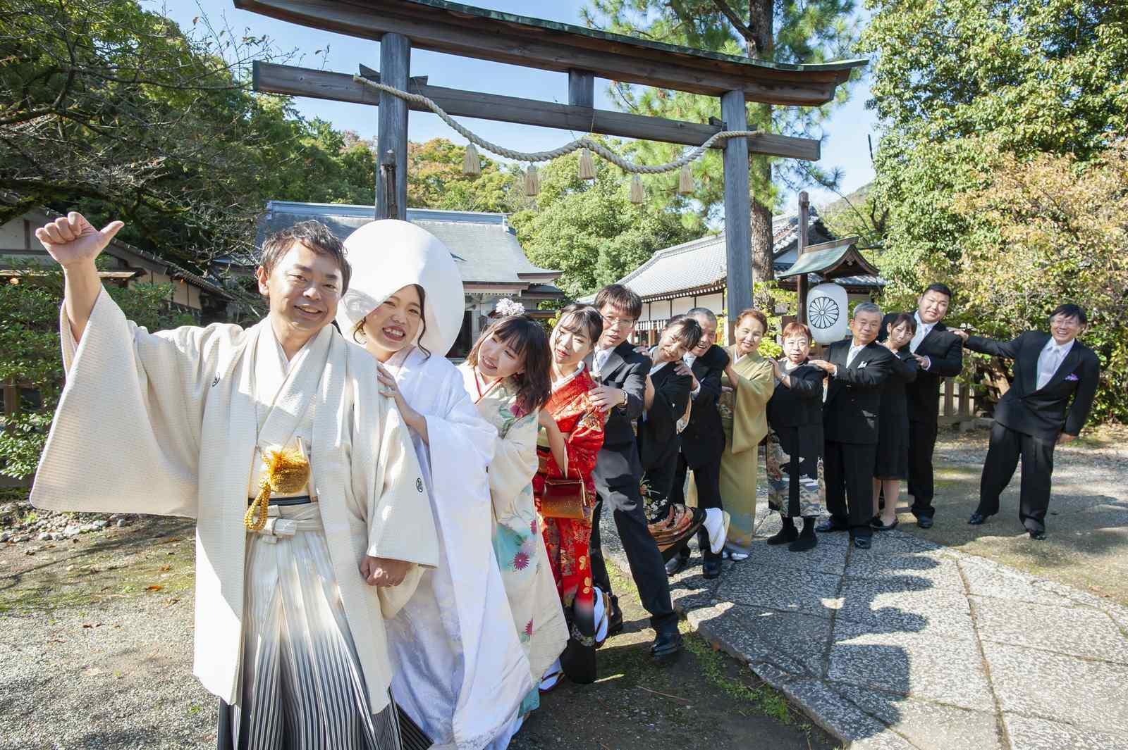 徳島市の結婚式場ブランアンジュで披露宴を行う前に挙式をした忌部神社で撮影した笑顔の親族との記念写真