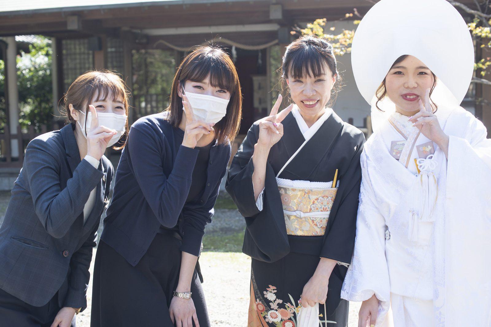徳島市の結婚式場ブランアンジュで披露宴を行う前に挙式をした忌部神社でスタッフとの記念写真