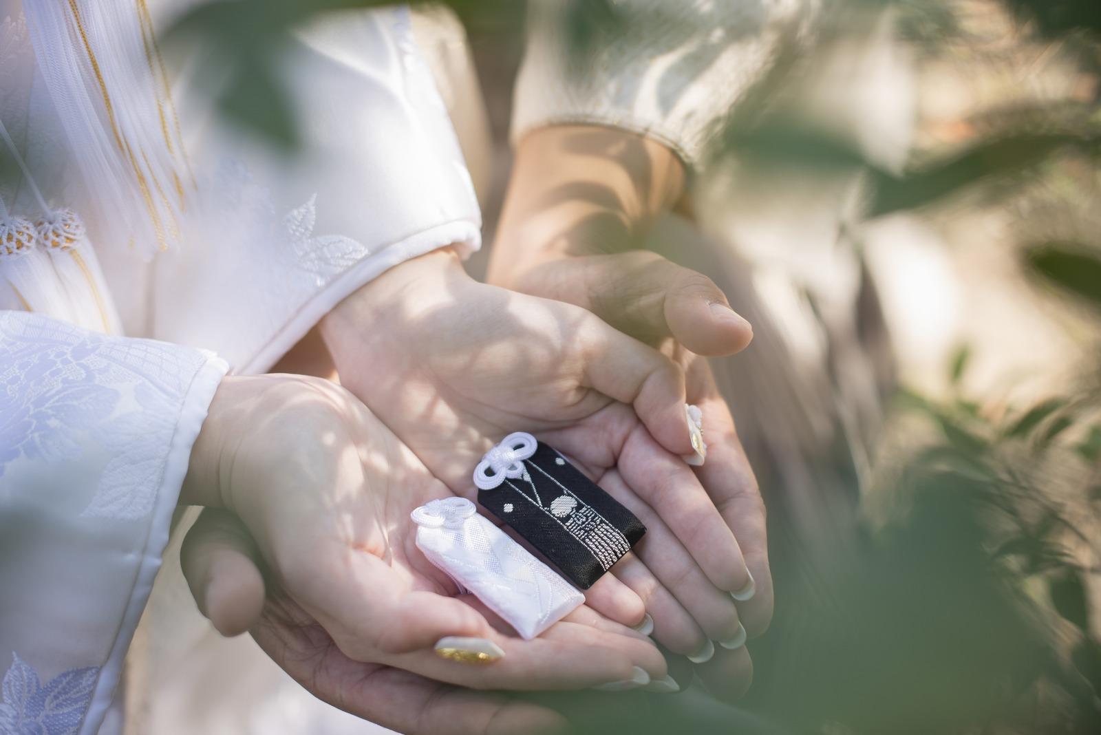 徳島市の結婚式場ブランアンジュで披露宴を行う前に挙式をした忌部神社で撮影したお守りの写真