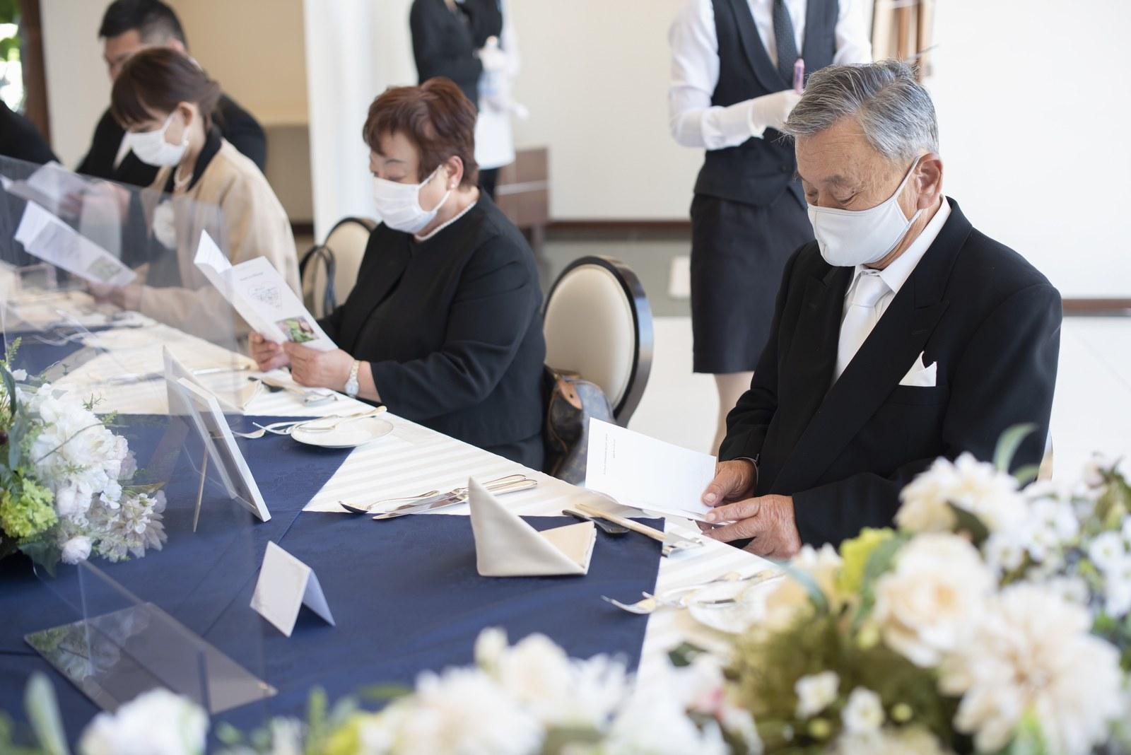 徳島市の結婚式場ブランアンジュの披露宴会場で新郎新婦からのメッセージを読むゲスト