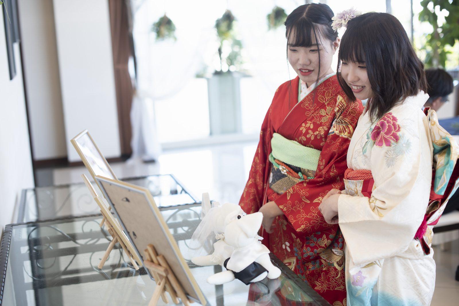 徳島市の結婚式場ブランアンジュで飾られた写真を見て思わず笑顔のゲスト