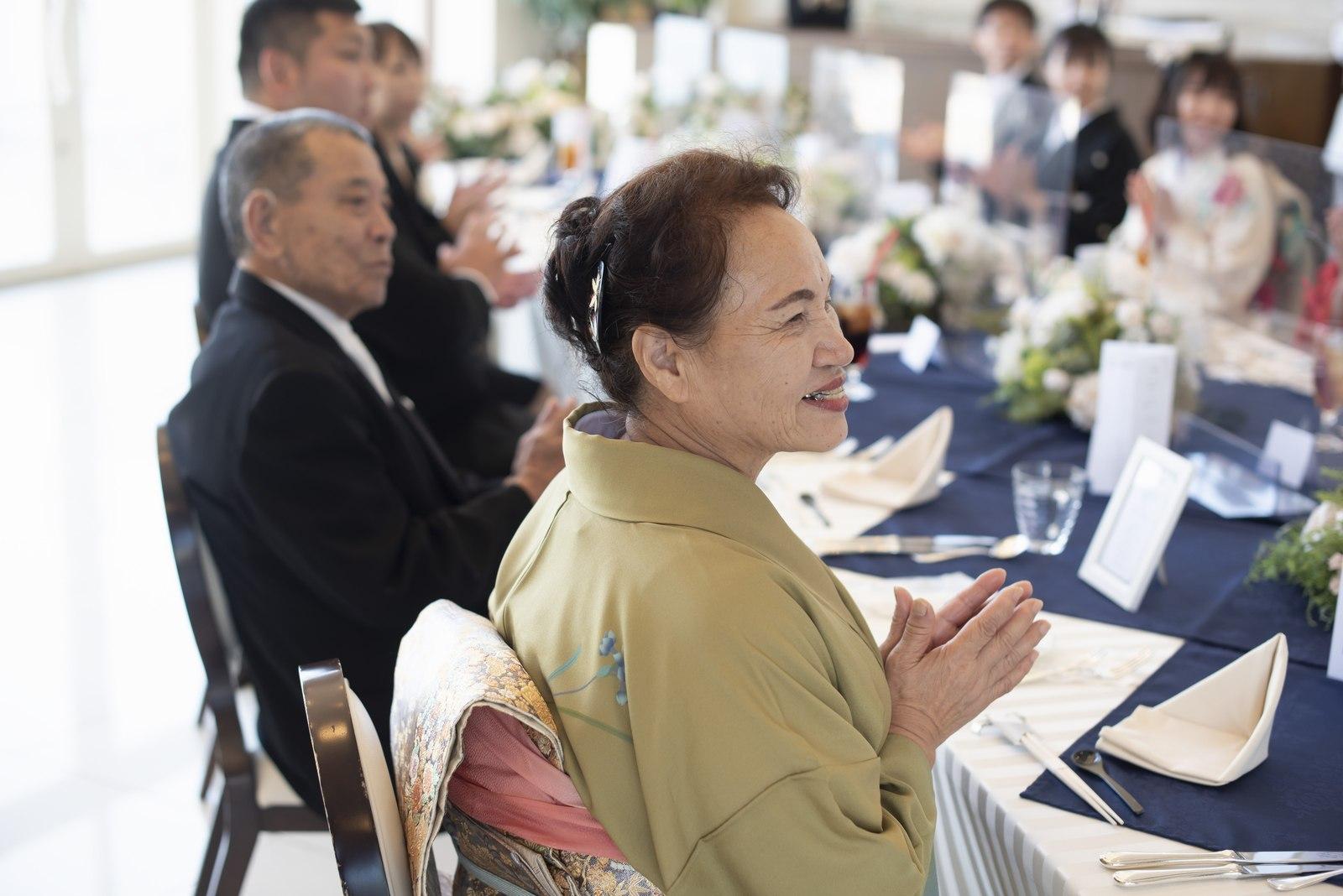 徳島市の結婚式場ブランアンジュの披露宴会場で新郎新婦を見守るゲスト