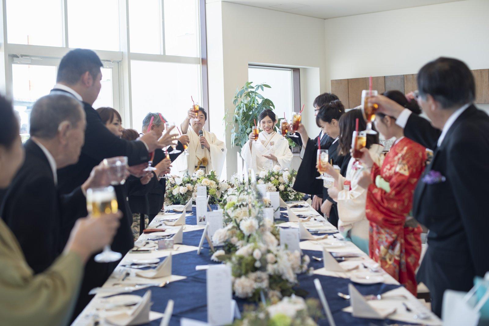 徳島市の結婚式場ブランアンジュの披露宴で楽しそうに乾杯を行う場面