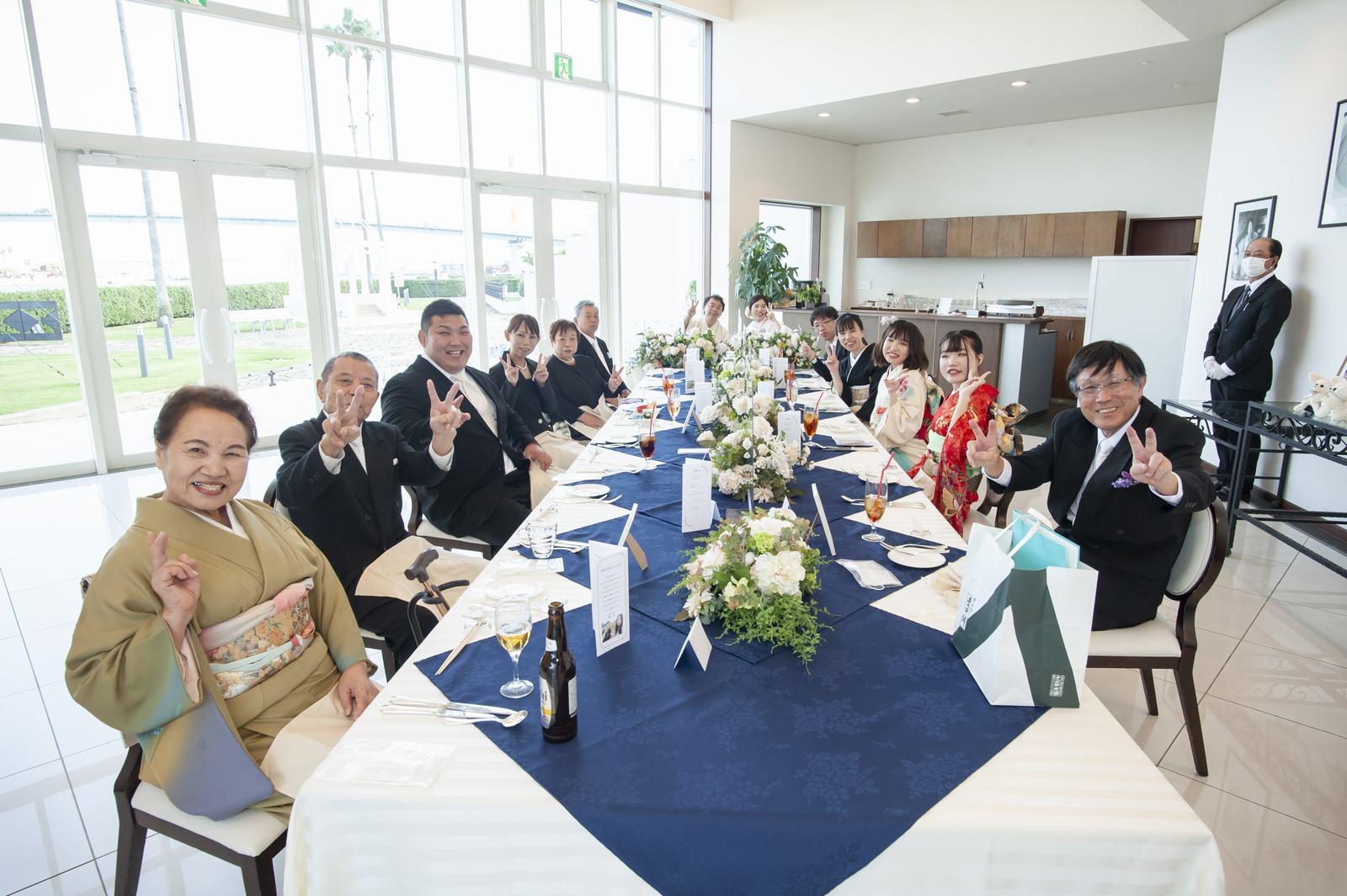 徳島市の結婚式場ブランアンジュの披露宴会場で席から手をふるゲスト