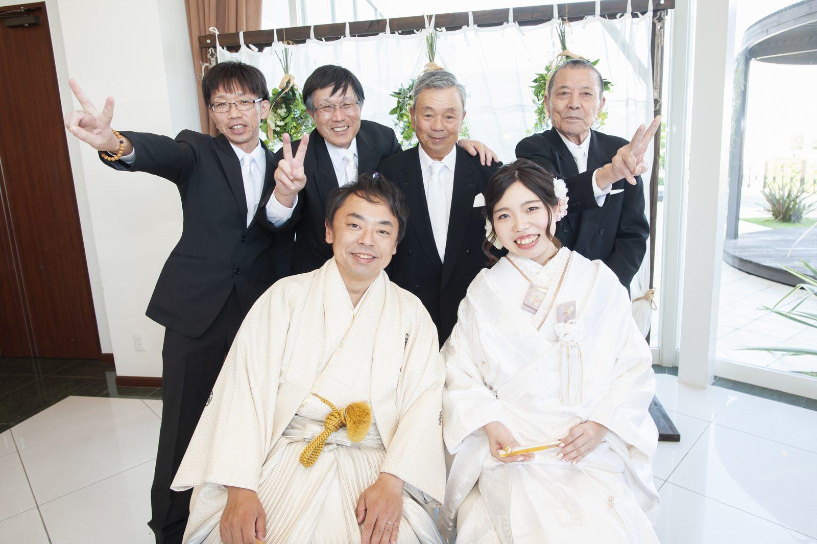 徳島市の結婚式場ブランアンジュの披露宴会場で新郎新婦と一緒に写真撮影を行うゲスト