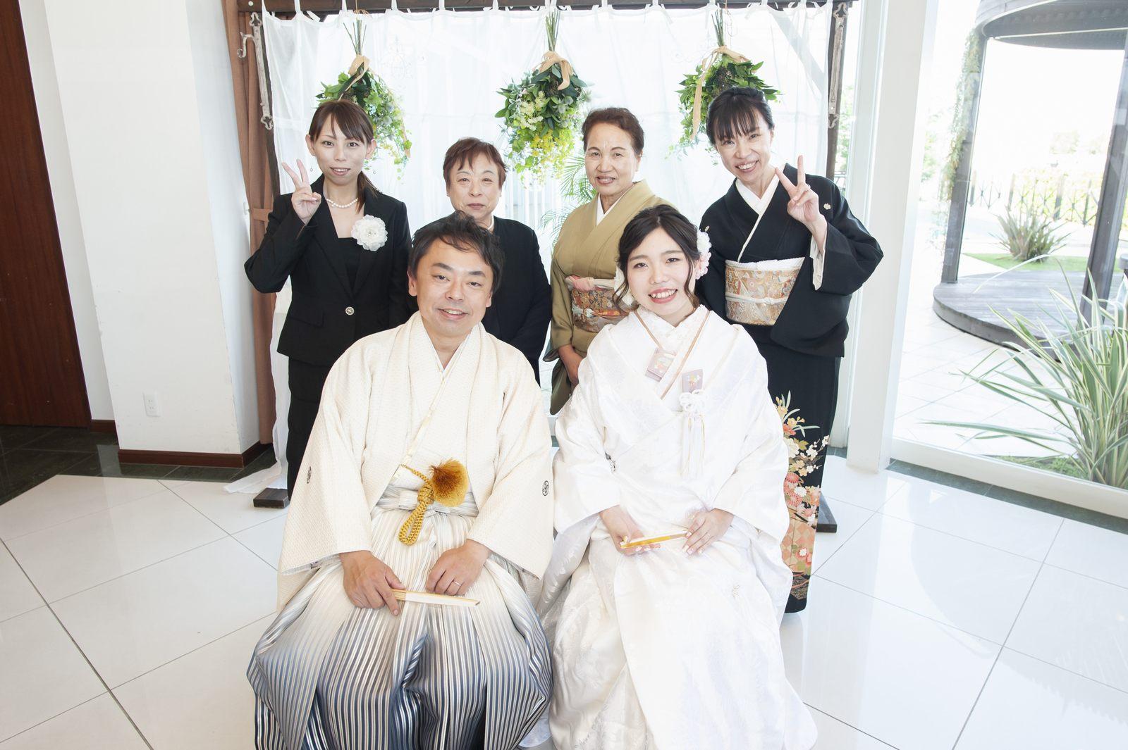 徳島市の結婚式場ブランアンジュの披露宴会場でゲストと一緒に笑顔で写真撮影