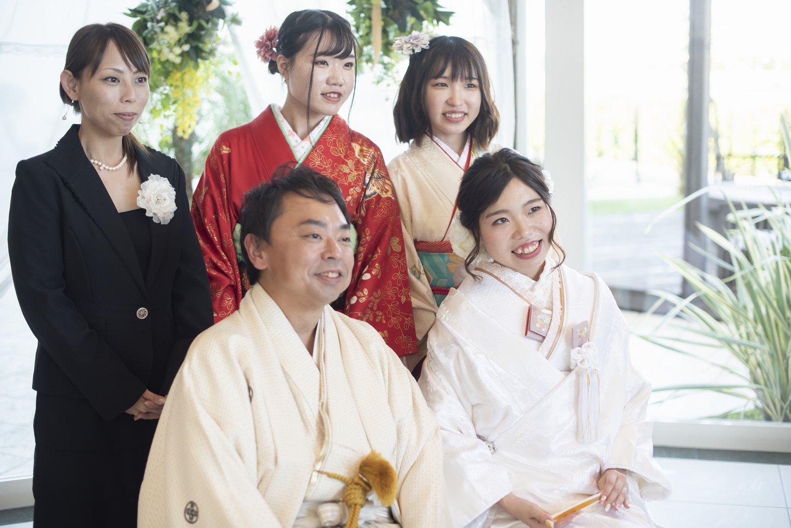徳島市の結婚式場ブランアンジュの披露宴会場でゲストと一緒に写真撮影