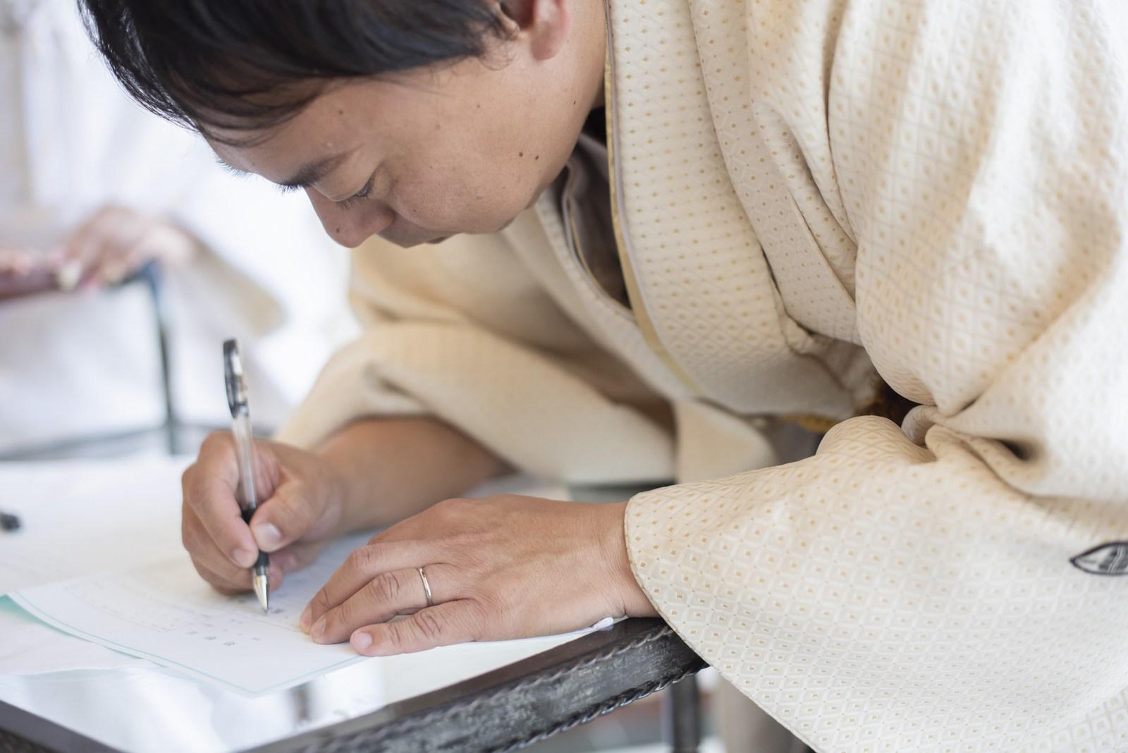 徳島市の結婚式場ブランアンジュの披露宴で婚姻届けにサインする新郎