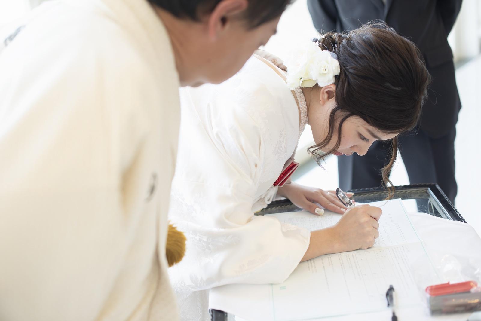 徳島市の結婚式場ブランアンジュの披露宴で婚姻届けにサインする新婦